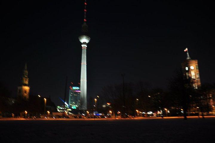 La torre de TV en Alexandeplatz, con la Iglesia Santa María a la izquierda y Rathaus a la derecha.