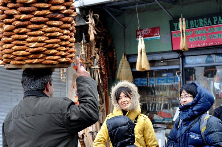 Vendedor ambulante de Simit, típico pan estilo rosca con semillas de sésamo que lo comen a toda hora, especialmente en la mañana