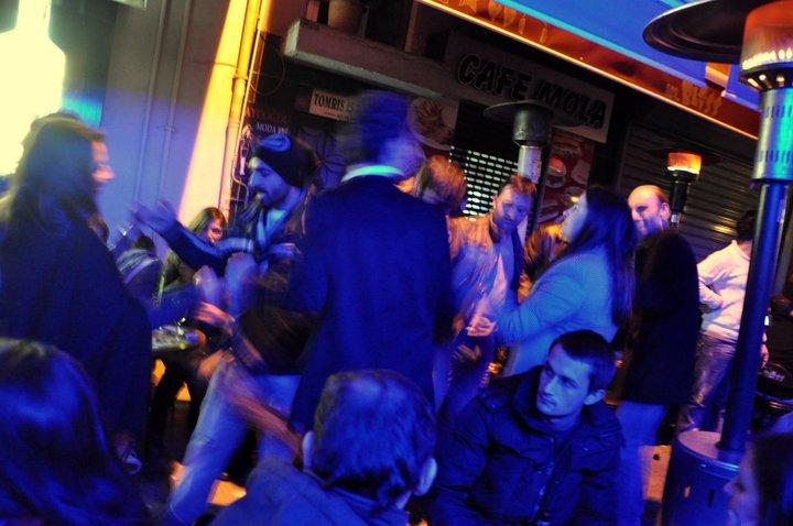 Mi primera noche en Estambul, en un bar con música en vivo y la gente bailando de las típica forma turca -agarrados de las manos y bailando al unísono.  Aunque es inverno, estábamos sentados al aire libre, en pequeños banquitos, con estufas de pie como la que se ve a la derecha.