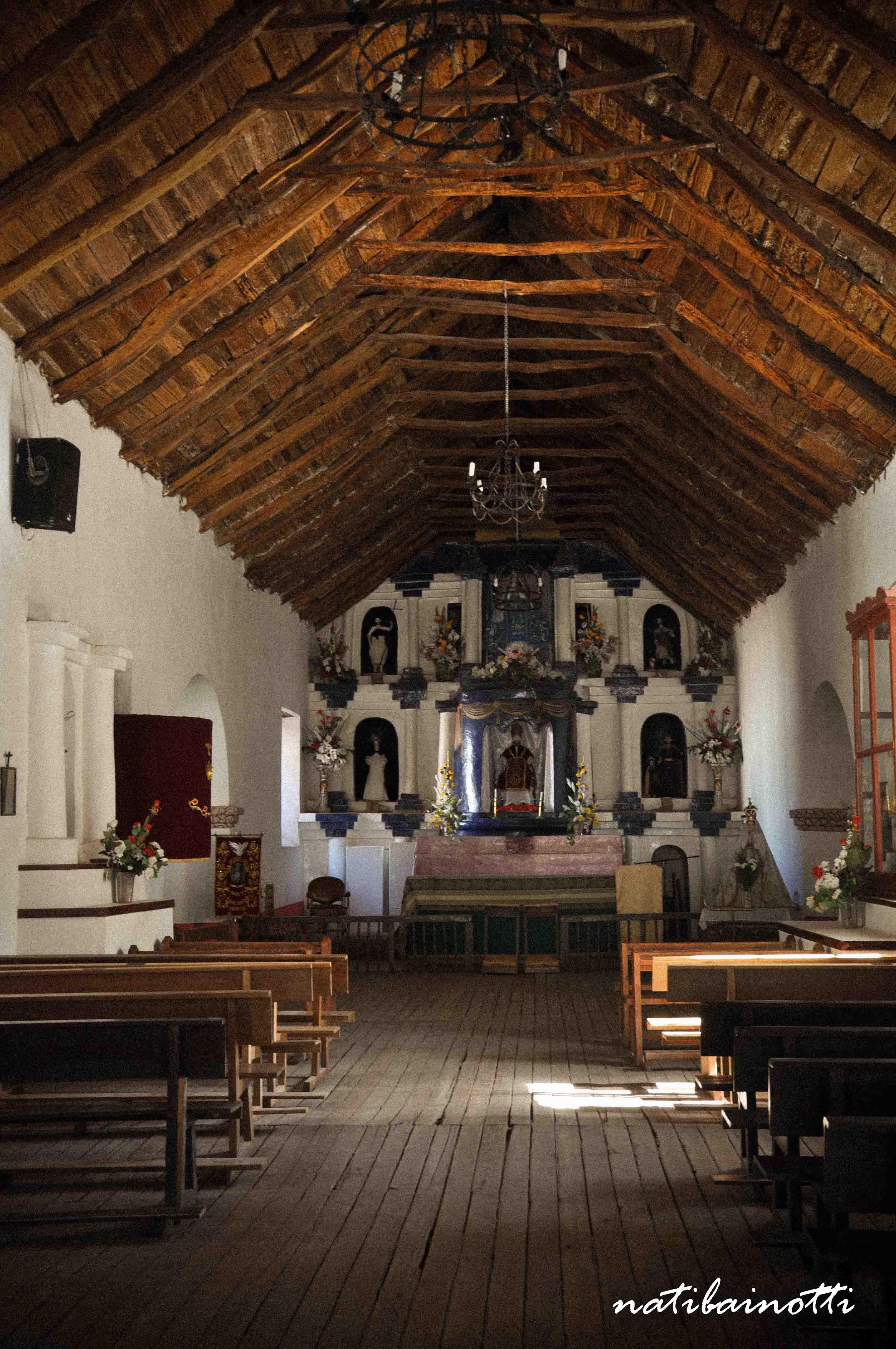 La iglesia por dentro, con su techo de cactus.