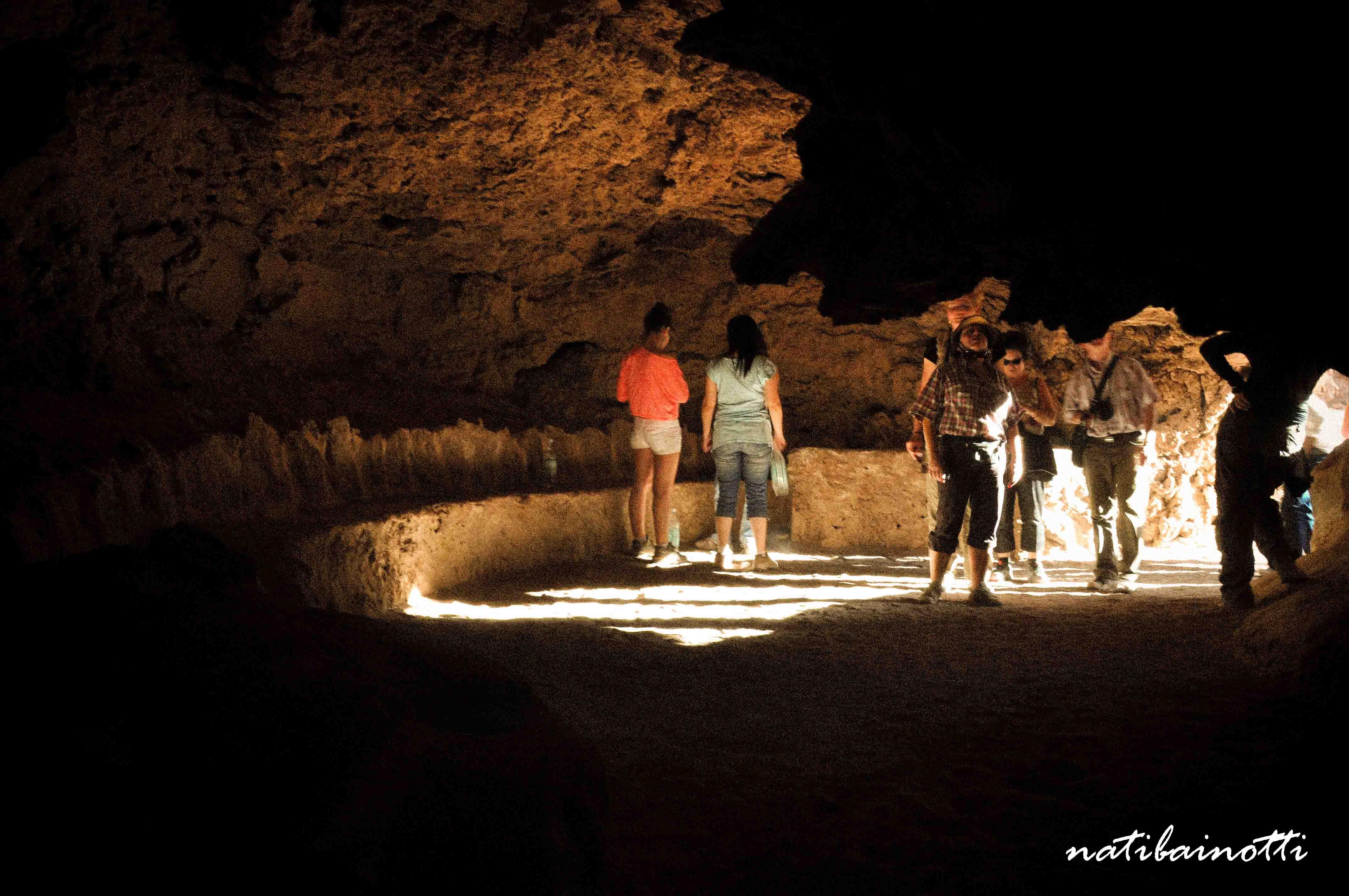 En las cuevas.