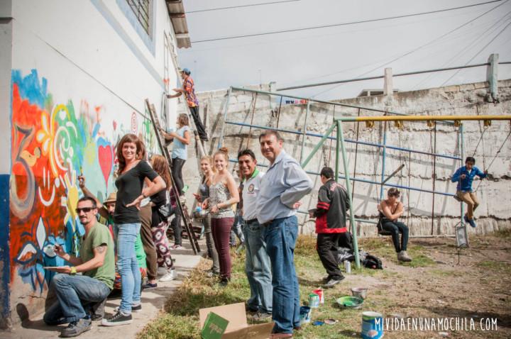Voluntarios, el Director de la Fundación y niños del barrio